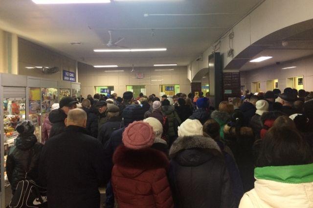 В зале ожидания автовокзала не могли поместиться все пассажиры.
