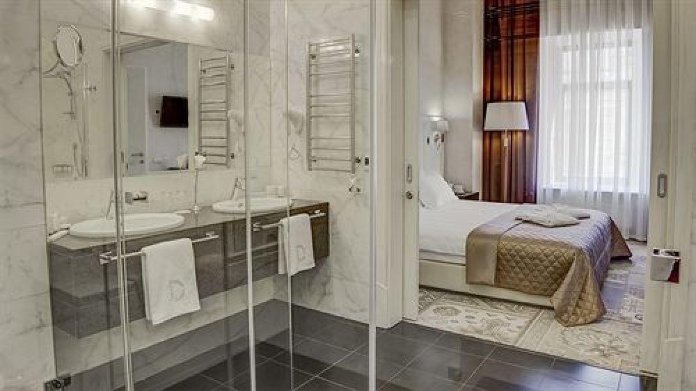 Интерьеры номеров в отеле Duke Hotel очень светлые так, что любителям светлых оттенков этот отель придется по душе