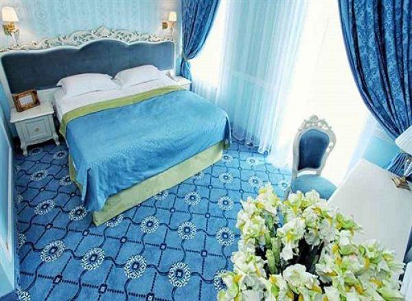 Отель Opera Hotel может гордиться своим оформлением спален, ведь они у них выглядят очень добротно