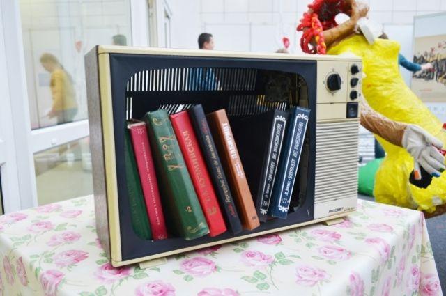 Инсталляция  - книга вместо телевизора.