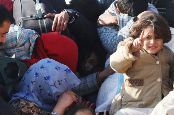 Люди, бежавшие из зоны конфликта, едут на пикапе в Дахит аль-Асад на западе Алеппо.