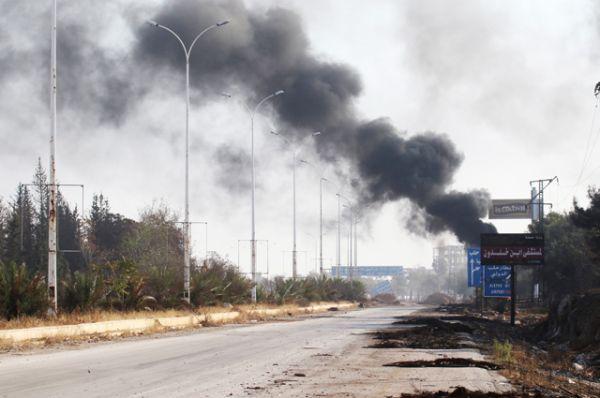Поврежденная дорога в Дахит аль-Асад на западе Алеппо.