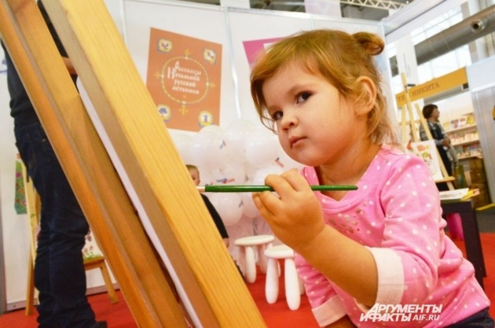 Юная художница Варя делится впечатлениями с бумагой.