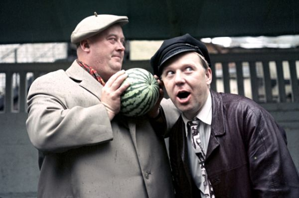 Артист кино Евгений Моргунов и артист цирка Олег Попов выбирают арбуз. 1965 год.