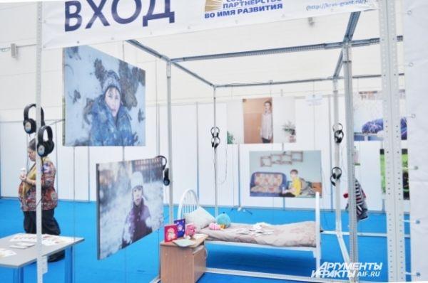 Инсталляция комнаты в детском доме. В наушниках, висящих рядом, беспрерывно идут рассказы о детях-сиротах.