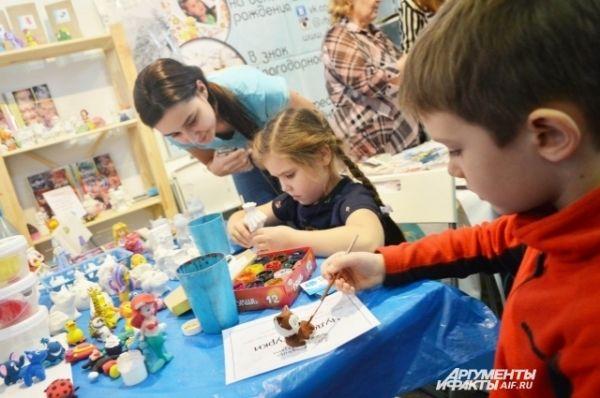 Пока родители выбирают книги - дети пробуют себя в творчестве.