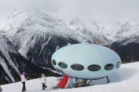Гостиница «Тарелка» была установлена в 1969 году на склоне горы Мусса-Ачитара, на высоте 2250 метров над уровнем моря.