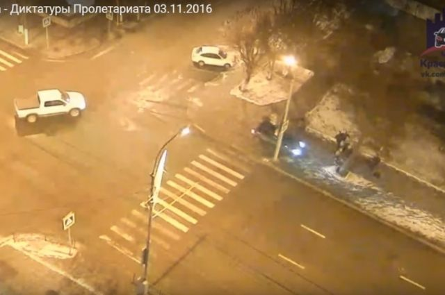 Иностранная машина вылетела натротуар спешеходами вцентре Красноярска