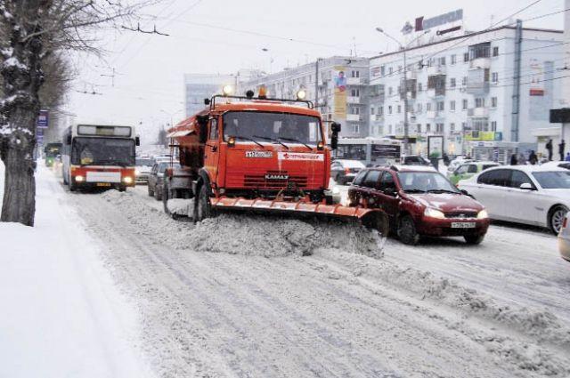 ВВоронеже сночным снегопадом боролось 90 машин