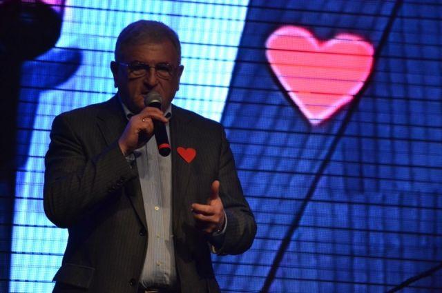 Во время концерта на благотворительном вечере на сцену вышли известные челябинские политики и деятели культуры.