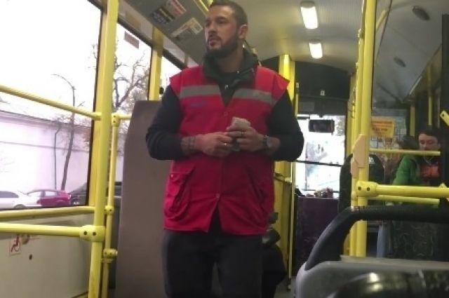 Вкиевском троллейбусе станцевал сальсу «самый сексуальный кондуктор»