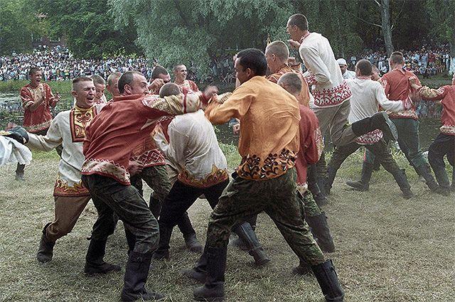 Жители Переславля-Залесского участвуют в «кулачных боях» во время празднования 850-летия города.