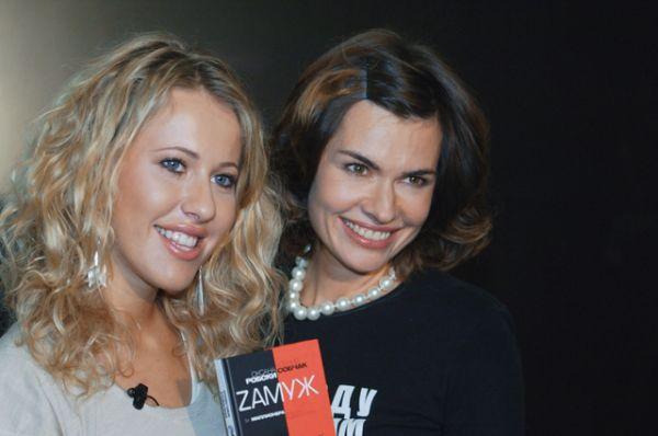 Писательница Оксана Робски и телеведущая Ксения Собчак на презентации книги «Zамуж за миллионера», 2007 год.