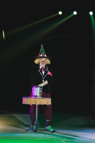 Знаменитый клоун Олег Попов в течение 26 лет жил в Германии. Однако продюсерам Вадиму Гаглоеву и Олегу Чеснокову удалось уговорить его вернуться на Родину.