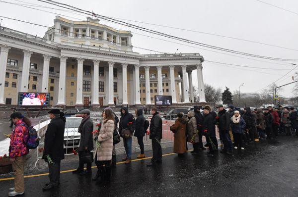 Горожане в очереди на церемонию прощания с народным артистом СССР Владимиром Зельдиным на главной сцене театра Российской армии в Москве.
