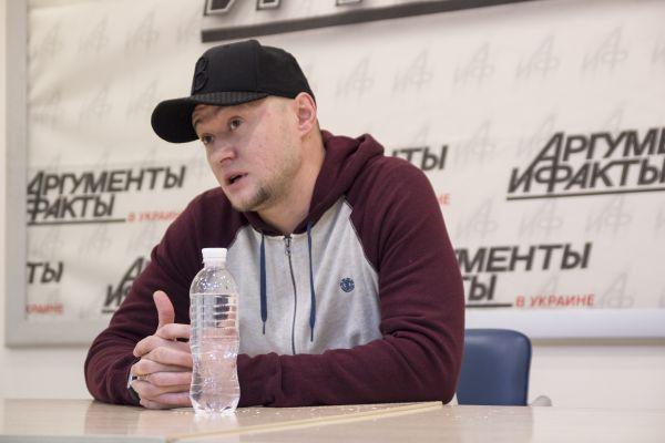 Вокалист группы отвечал, что нет смысла бойкотировать русских артистов; важно показать свое присутствие на выступлениях украинских исполнителей