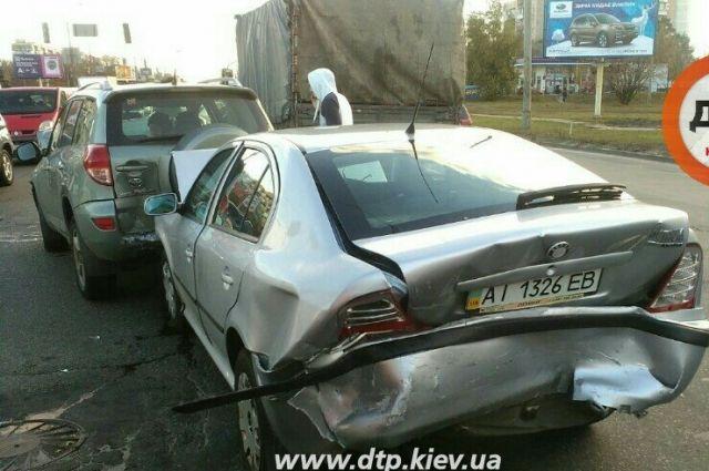 НаТроещине вКиеве произошла авария сучастием 6 авто