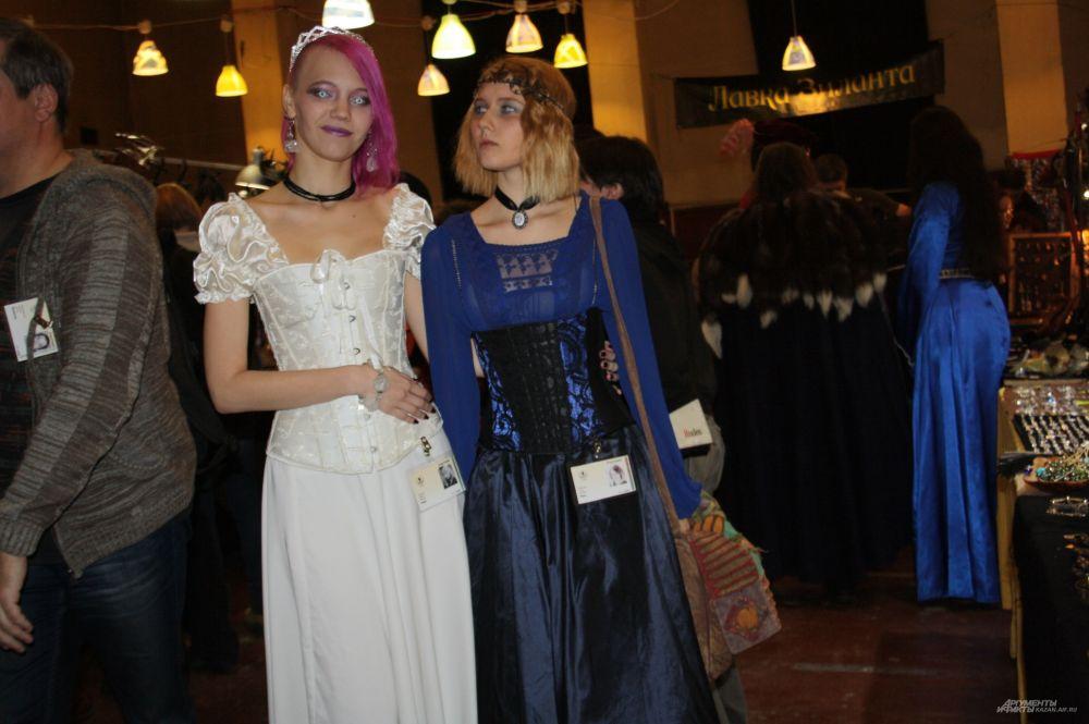 Эти девушки не относят себя к какой-то субкультуре, но говорят, что их взгляды на жизнь отличается от других людей. Свои костюмы они назвали просто: зимняя и лесная принцессы.
