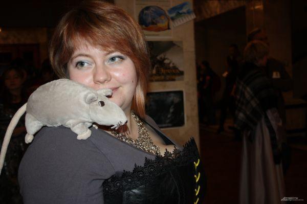 Эта участница пришла на фестиваль с игрушечной крысой.