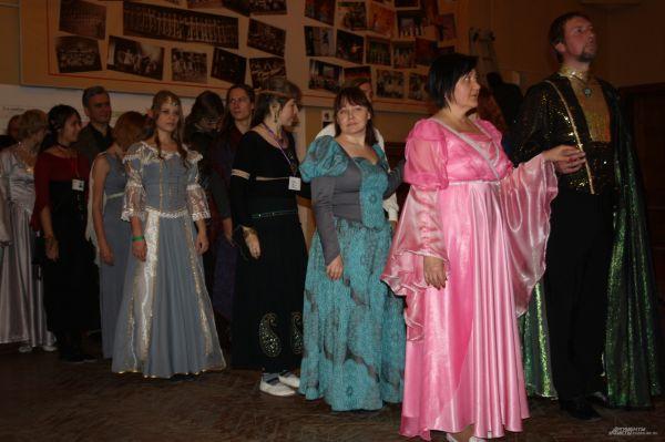Участники выстроились в колонну, чтобы начать танцевать падеграс.