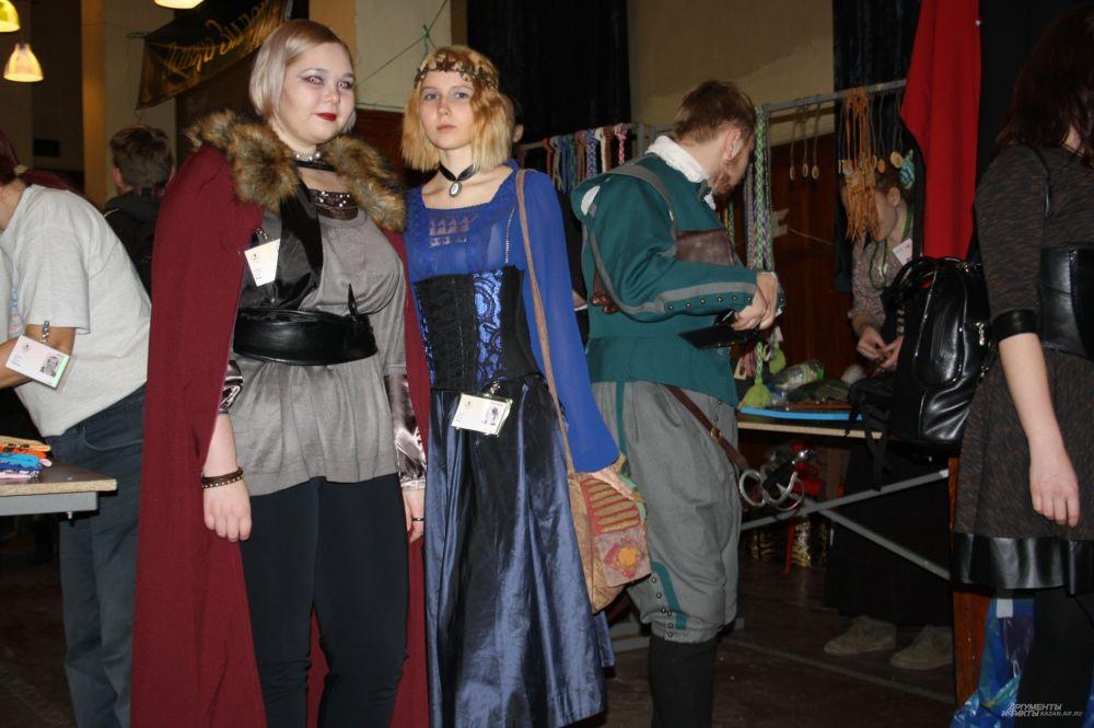 Большинство участников фестиваля приехали не в первый раз. Среди «эльфов», «принцесс», «рыцарей» есть те, кто ежегодно готовятся к конвенту.