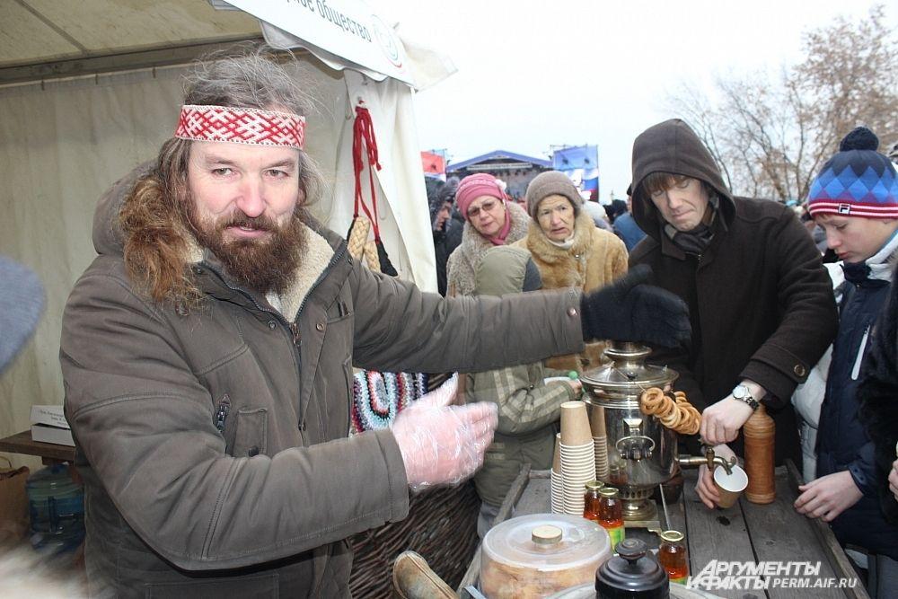 К русской палатке выстроилась длинная очередь за иван-чаем с мёдом и пирожками.