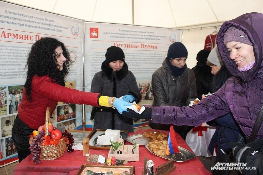 Армяне с удовольствием рассказывали о своих традициях и раздали гостям праздника национальное угощение.