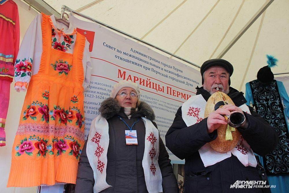 Марийцы показали национальные костюмы, узоры и продемонстрировали, как звучит марийская волынка – шувыр.