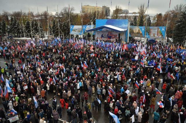 Тысячи саратовцев посетили митинг наТеатральной площади