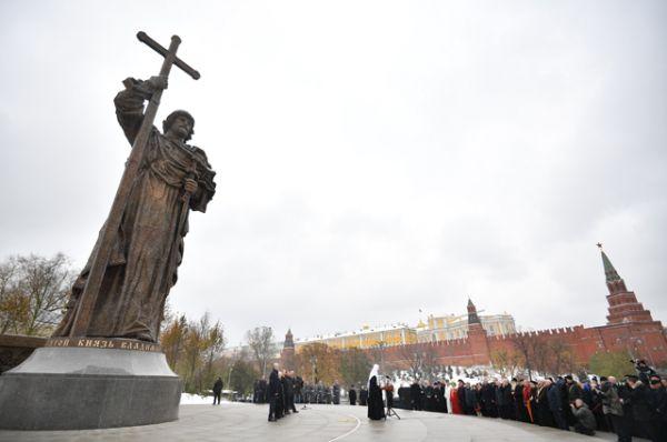Патриарх Московский и всея Руси Кирилл выступает на церемонии открытия памятника святому равноапостольному князю Владимиру.