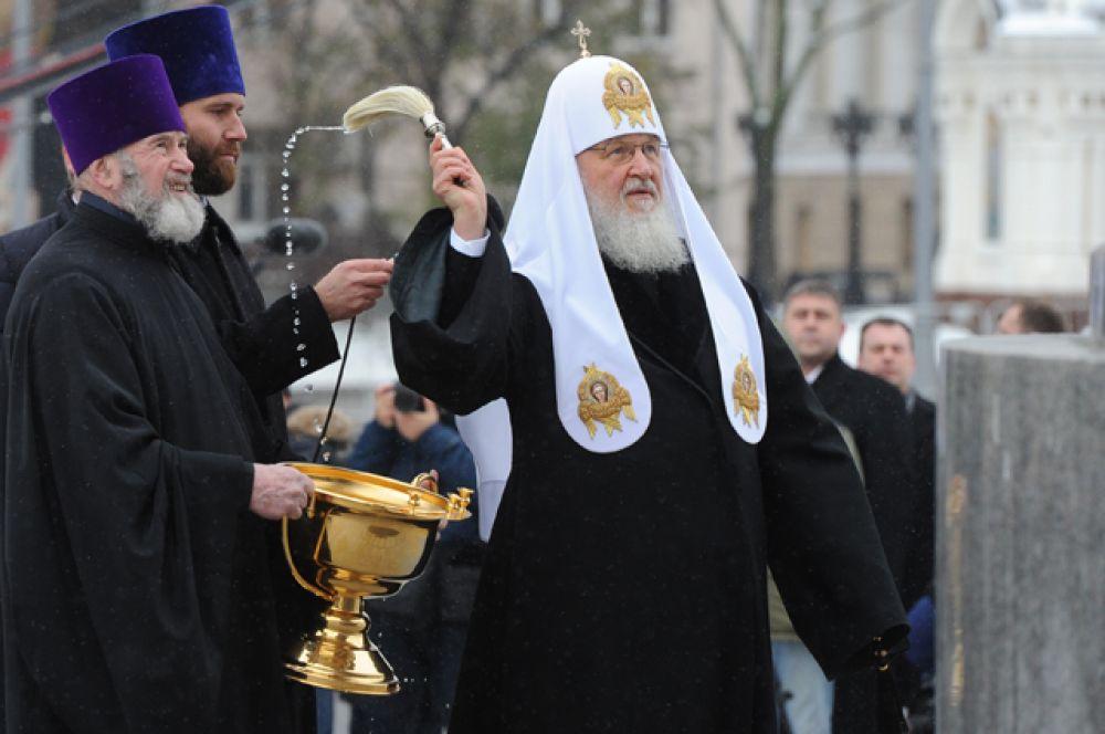Патриарх Московский и всея Руси Кирилл освящает памятник.