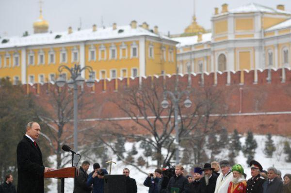 Президент РФ Владимир Путин выступает на церемонии открытия памятника.