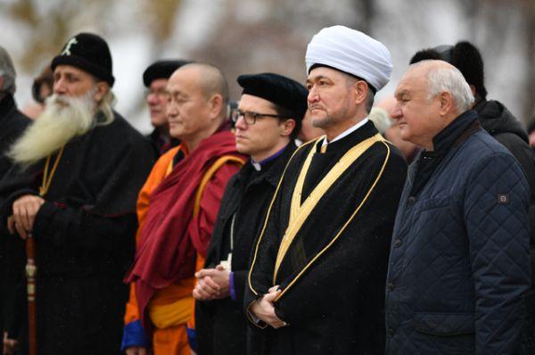 Председатель Совета муфтиев России Равиль Гайнутдин (второй справа) на церемонии открытия памятника святому равноапостольному князю Владимиру.