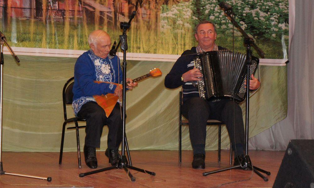 Анатолий Изонин (балалайка) и Александр Корнеев (аккордеон). Жирятинский район