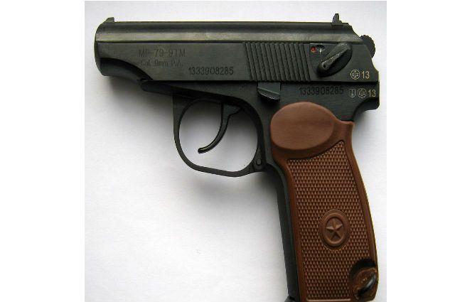 ВПетербурге мужчина, угрожая пистолетом, ограбил магазин