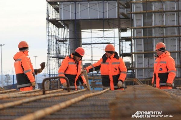 Строители работают без выходных, вахтовым методом, домики-общежития для них возвели рядом со стройплощадкой.