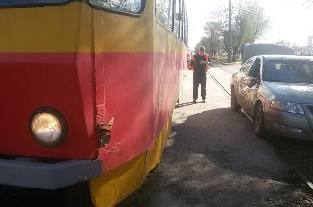 Иностранная машина протаранила трамвай вДзержинском районе Волгограда