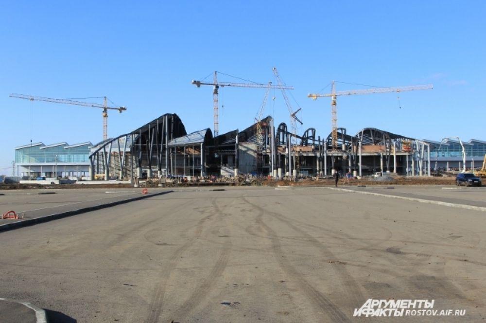Это другой вид аэропорта - со стороны въезда пассажиров. Главный вход ещё строят, завершены все монолитные работы по устройству конструкций, ведутся работы по кладке стен и кровельные работы.