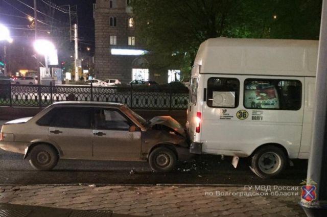 Вцентре Волгограда ВАЗ-21099 протаранил маршрутку №36
