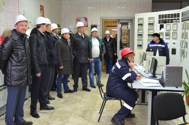 В химическом цехе депутаты узнали, что горячая вода даже чище питьевой холодной.