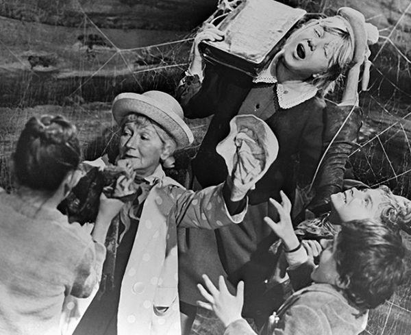 Рина Зеленая (вторая слева) и Людмила Шагалова в художественном фильме «Сказка о потерянном времени», 1964 год.