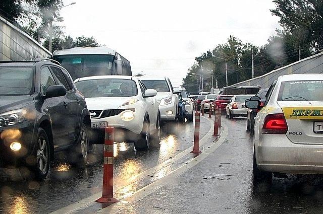 Вцентре Волгограда ДТП наоживленном перекрестке собрало большую пробку