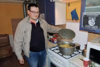 Здешние обитатели сами готовят себе еду. На фото: директор АНО СПН «Начало Пути» Сергей Левушкан.