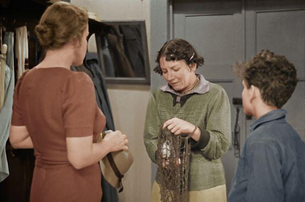 Рина Зеленая в роли Ариши (в центре) в фильме «Подкидыш», снятом в 1939 году.