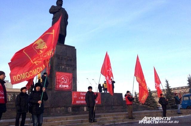 Красноярские оппозиционеры вышли на митинг в честь 99-й годовщины событий Октябрьской социалистической революции.