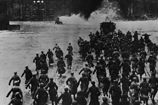 Штурм Зимнего дворца 25 октября 1917 года. Петроград. Репродукция.