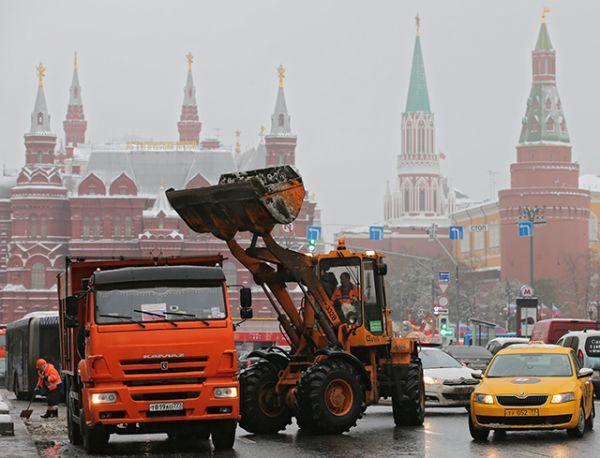 Спецтехника коммунальных служб убирает снег на улицах Москвы.