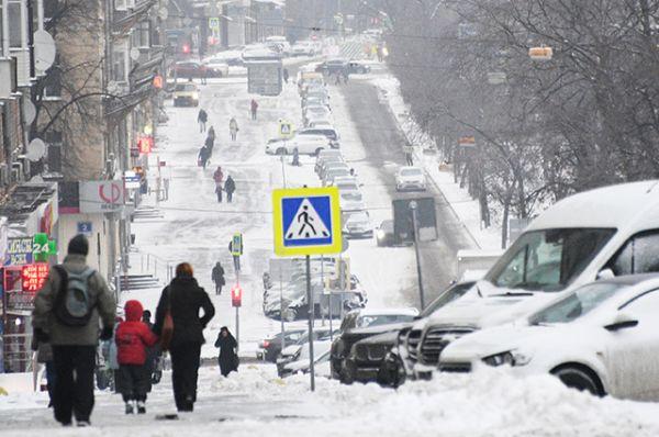 Выпавший снег на Ленинском проспекте в Москве.