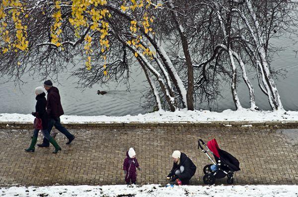 Горожане гуляют на берегу Большого Новодевичьего пруда в Москве.