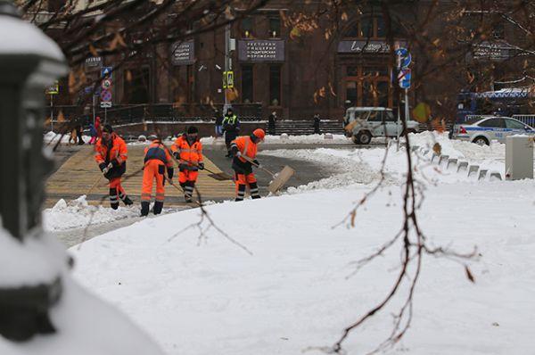 Коммунальные работники убирают выпавший снег.